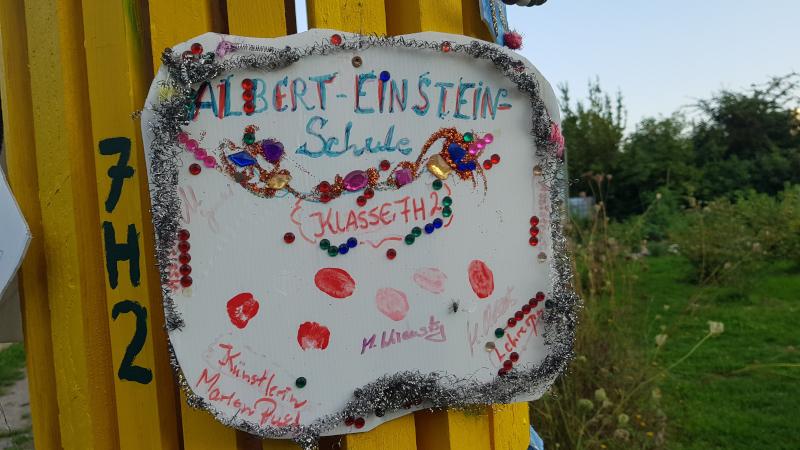 Buntes Schild: Albert-Einstein-Schule, Klasse 7H2.