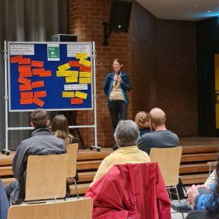 """""""Dann hat der Löwenzahn etwas schönes getan und den Asphalt aufgetan."""" 😁 Spontan fasste @kunzes_kunst  die Ergebnisse am Ende des Abends in lyrischer Form zusammen und brachte dabei wunderbare Zeilen hervor.   Gestern war Auftaktveranstaltung """"Nachhaltigkeit"""" in der Stadt Laatzen - Stadt der Sinne und wir waren natürlich dabei. Für alle wurden die """"SDG"""" - Sustainable Development Goals vorgestellt. Diese 17 international definierten Ziele mit mehr als 160 Unterzielen geben eine Struktur, um auf allen Ebenen der Gesellschaft und der Politik Maßnahmen für mehr Nachhaltigkeit ableiten zu können und Ziele zu priorisieren.   Nicht jeder Beitrag hat in meinen Augen die Thematik gut erfasst. So wirkte die Präsentation der SDGs in Laatzen, als wären viele Ziele schon zu großen Teilen in unserer Stadt umgesetzt. Armutsbekämpfung, gute Bildung für alle, kein Hunger; verglichen mit vielen anderen Ländern der Welt haben wir sicherlich ein stabiles System. Mein Blickwinkel ist nicht der Vergleich mit anderen Ländern, sondern beispielsweise der Kontrast zwischen den Schlangen vor der Laatzener Tafel und die Lebensmittelverschwendung im Land. An der Stelle sehe ich sehr viel Armut, welche nicht durch das unermüdiche Ehrenamt beendet werden kann, sondern große strukturelle Änderungen benötigt.   Gestern wurden Workshops angeboten, es wurden Ideen gesammelt, um Laatzen weiterzuentwickeln und es wurde begonnen, ein Netzwerk in Laatzen aufzuspannen. Eine unserer Mitmachgärtnerinnen hat es sogar bis auf die Bühne geschafft 🥳 😁. Wir sind wahnsinnig gespannt, was nach der Auftaktveranstaltung geschehen wird.   Im kleinen Rahmen muckeln wir im Kleinod Mitmachgarten weiter und zeigen ab kommenden Samstag eine Ausstellung über den Flächenverbrauch von Nahrungsmitteln. Danke @2000sqm 😀!"""