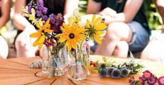 """Was ist eigentlich ein gesunder Boden? Und wie kann das Bodenleben im eigenen Garten gefördert werden?   Der Herbst ist genau die richtige Zeit, um sich mit solchen spannenden Themen auseinanderzusetzen. Der Mitmachgarten veranstaltet am 16.10. ab 11 Uhr einen Workshop, welcher theoretische Aspekte zum Mikrokosmos Boden vermitteln wird und aktiv eine Kompostmiete aufgebaut wird. Hierfür wird Sylvia Steuernagel ihr Wissen mit uns teilen.   Du hast Lust teilzunehmen? Melde dich gerne unter folgender Adresse an: kontakt@mitmachgarten-laatzen.de   Die Teilnehmerzahl ist begrenzt und die geltenden 3G Regeln kommen zum Einsatz. Alle weiteren Details zum Ablauf werden nach der Teilnahmebestätigung geteilt.   Wir freuen uns auf euch!   Die Veranstaltung kann dank der Förderung von Demokratie leben! kostenfrei angeboten werden. Vielen Dank 😃. Das tolle Bild von unserem letzten Workshop """"Blühminar"""" stammt von Christiane Neupert.  #Mitmachgarten #Schrebby #UrbanGardening #DemokratieLeben"""